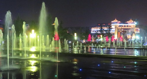 In the summer evenings, many locals gather by the Big Goose temple grounds for a large light and water fountain show.