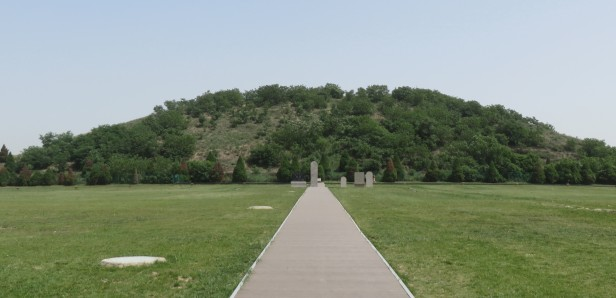 This mound is the burial site of Emperor Jingdi (Han Yangling).